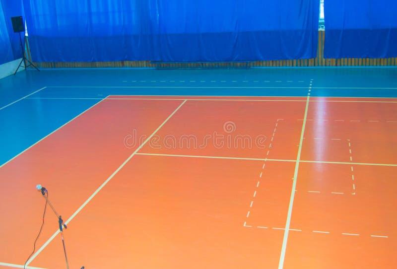 Lege sporten die ruimte met noteringen op de vloer voor competities opleiden royalty-vrije stock fotografie