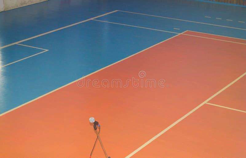 Lege sporten die ruimte met noteringen op de vloer voor competities opleiden stock foto's