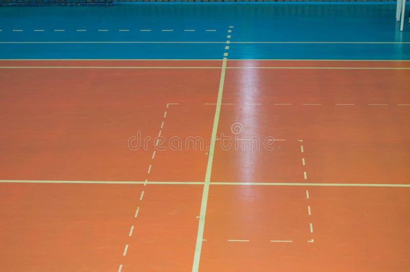 Lege sporten die ruimte met noteringen op de vloer voor competities opleiden royalty-vrije stock foto's