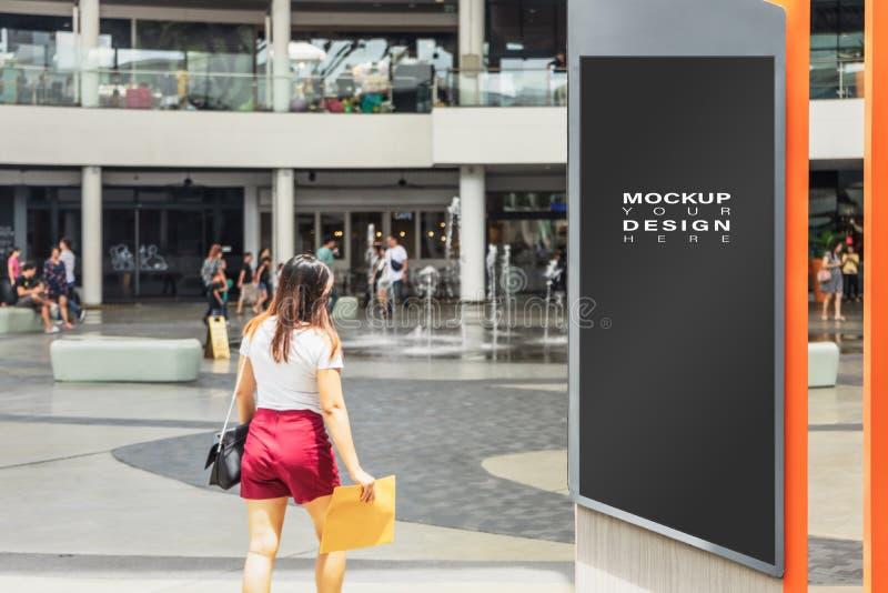 Lege spot omhoog van verticaal straataffiche reclameaanplakbord in de stad voor uw reclame met Lege onduidelijk beeldmensen in ac royalty-vrije stock fotografie