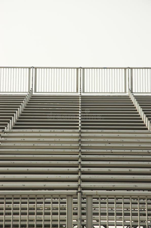 Lege stadionbleachers stock afbeeldingen