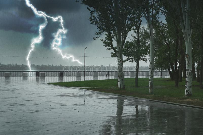 Lege stadsdijk onder zware regen met bliksem stock foto
