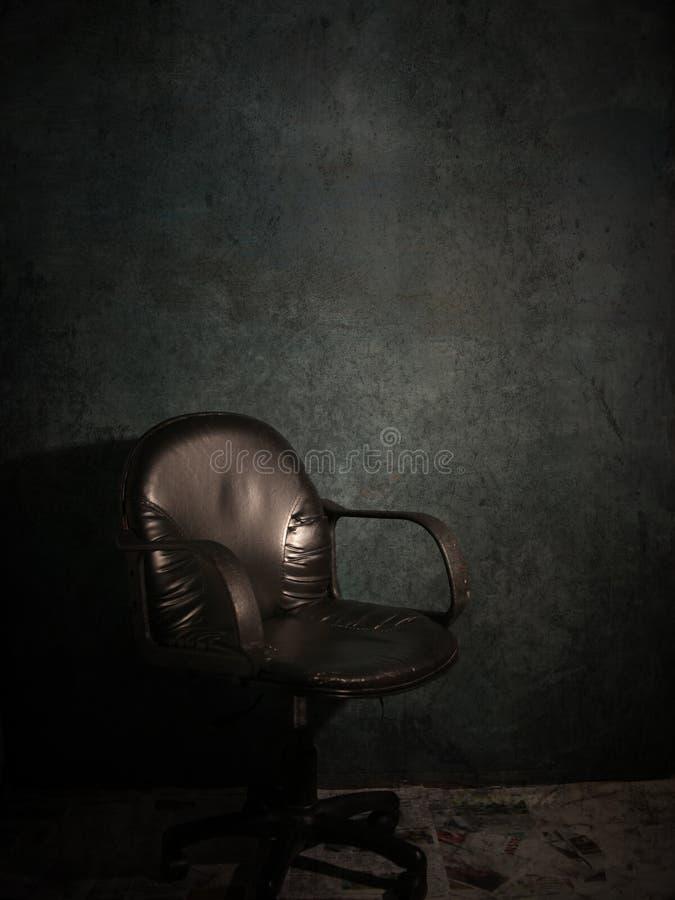 Lege stoel op donkere kamer stock fotografie