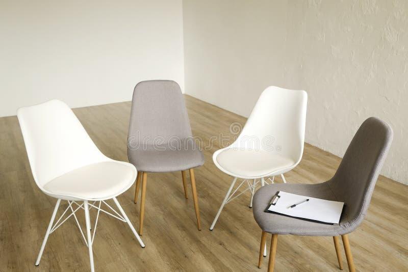 Lege stoelen Het lege concept van de baanpositie Minimlistic binnenlandse torenhoge ruimte met elegante meubilairstukken stock afbeelding