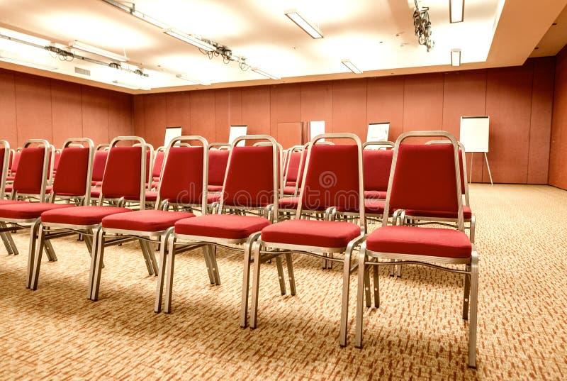 Lege stoelen in moderne conferentieruimte stock afbeelding