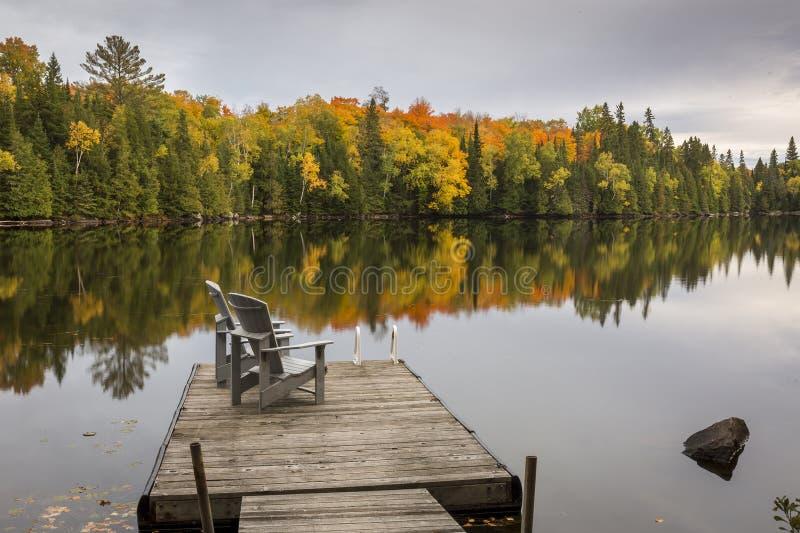 Lege Stoelen op een Dok in de Herfst - Ontario, Canada stock afbeelding
