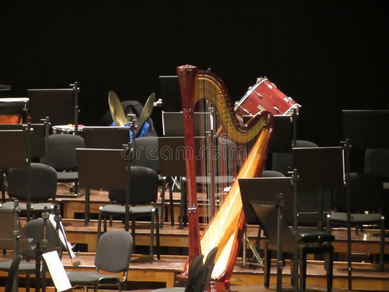 Lege stoelentribune op stadium in Concertzaal Er zijn muzikale instrumenten met inbegrip van harp, klankbekkens en trommel royalty-vrije stock afbeeldingen