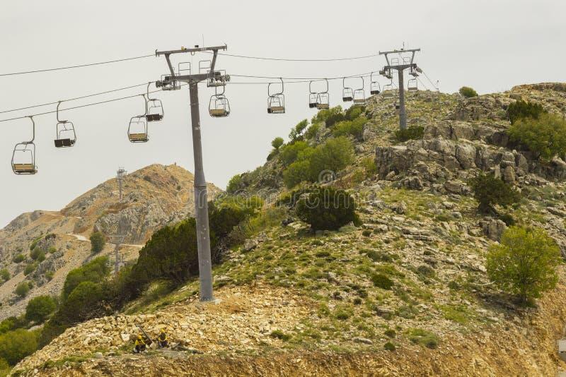 Lege stoellift op berghelling in de zomer stock foto