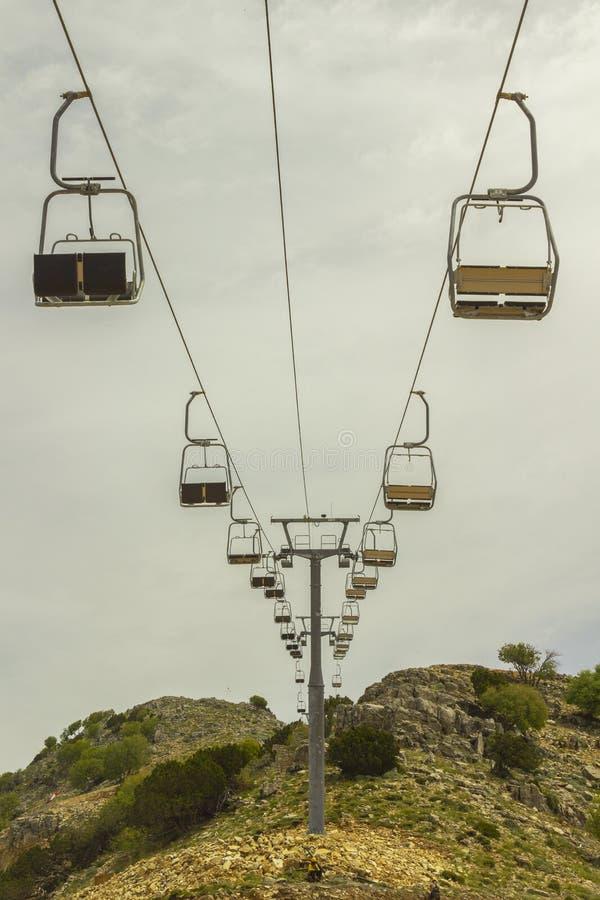 Lege stoellift op berghelling in de zomer royalty-vrije stock afbeeldingen