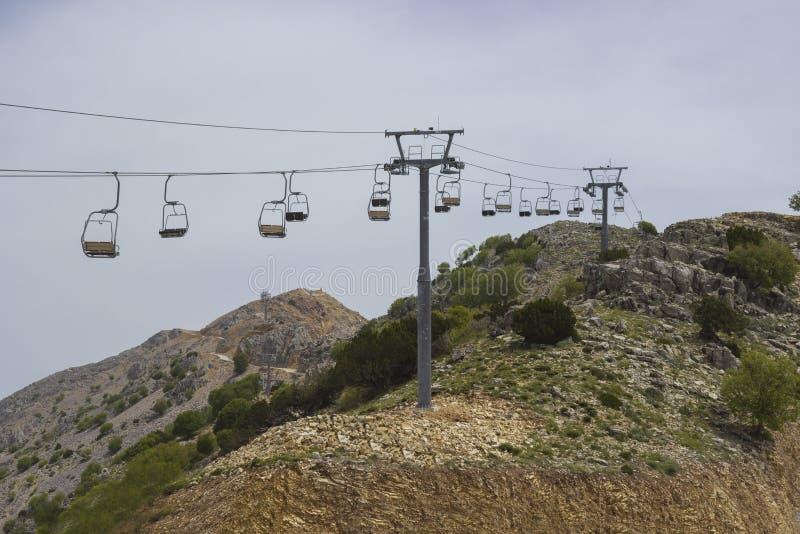 Lege stoellift op de berghelling in de zomer stock foto's
