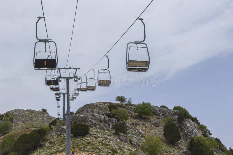 Lege stoellift op de berghelling in de zomer royalty-vrije stock afbeeldingen