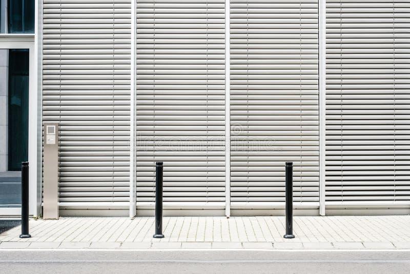 Lege stoep met moderne de bouwachtergrond met gesloten jaloezies royalty-vrije stock fotografie