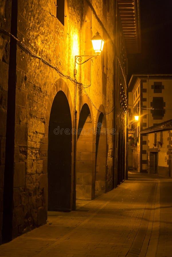 Lege straat bij nacht, Baztan, Navarra, Spanje royalty-vrije stock afbeelding
