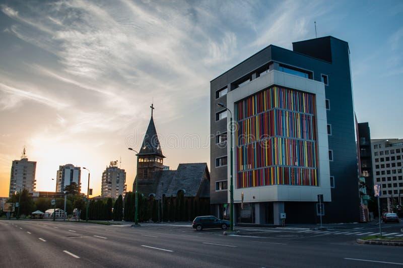 Lege straat bij zonsondergang, Civic Center, Brasov stock foto