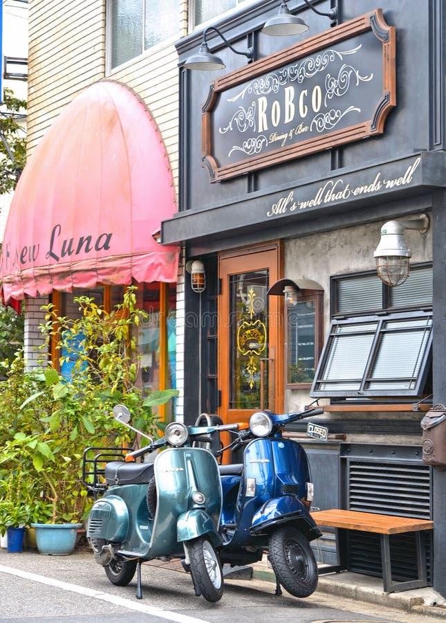Lege straat met twee uitstekende motorfietsen Vespa, oude traditionele architectuur en huizen in het periferic district van Tokyo royalty-vrije stock foto's