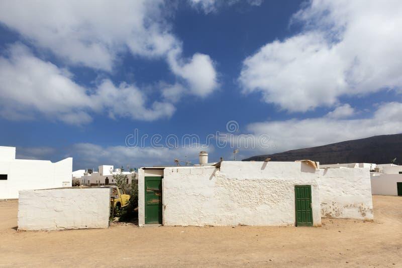 Lege straat met zand en witte huizen in Caleta DE Sebo op eilandla Graciosa stock afbeelding