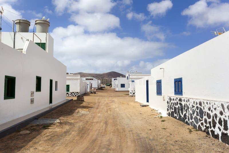 Lege straat met zand en witte huizen in Caleta DE Sebo op eilandla Graciosa royalty-vrije stock afbeelding