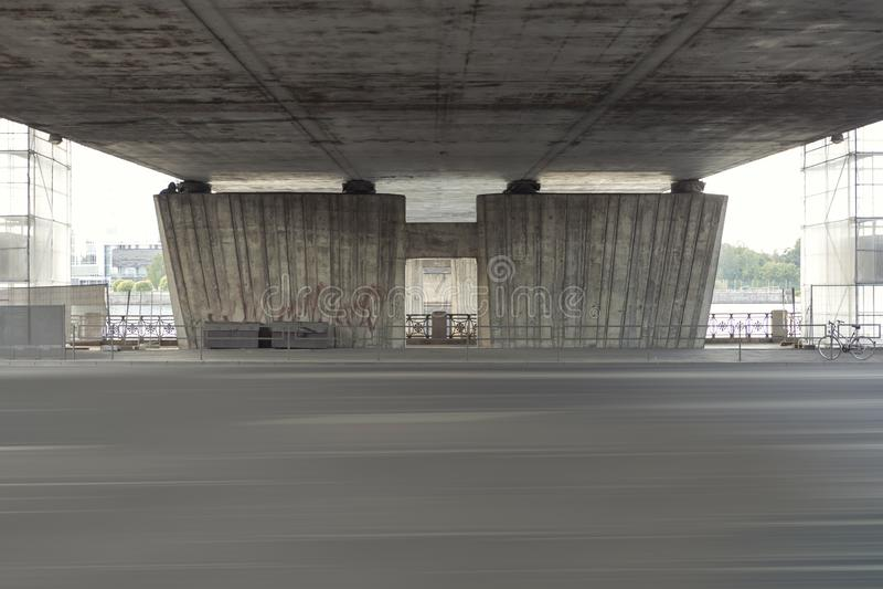 Lege straat onder een brug in Riga, Letland Wederopbouw van de brug over weg royalty-vrije stock afbeeldingen