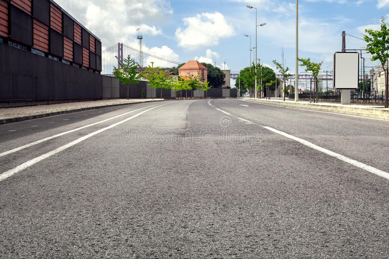 Lege straatweg in stad met hemel