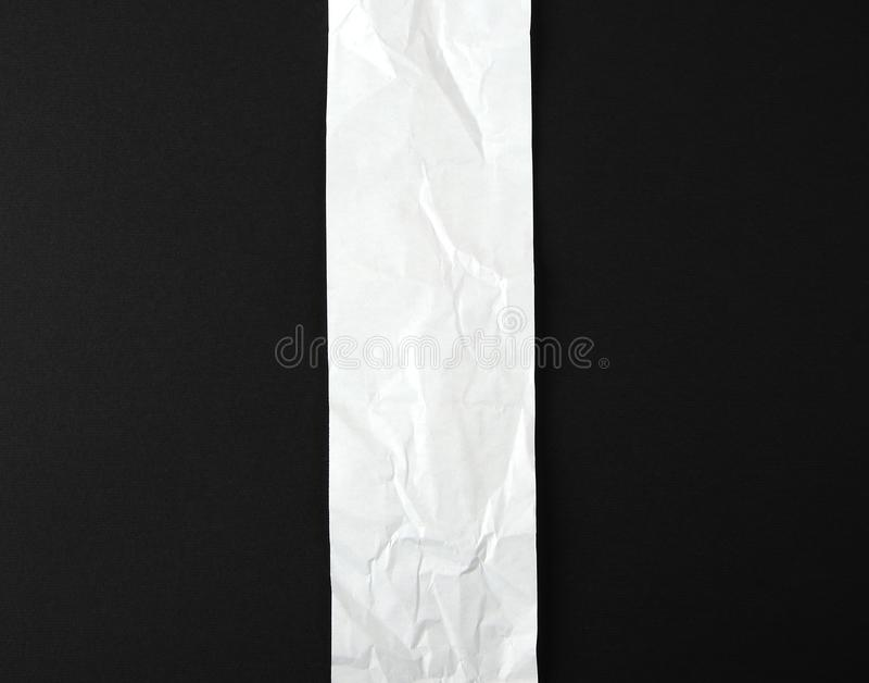 lege strook van document op een zwarte achtergrond stock fotografie