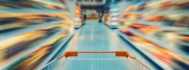 Lege supermarktdoorgang, Motieonduidelijk beeld royalty-vrije stock afbeelding
