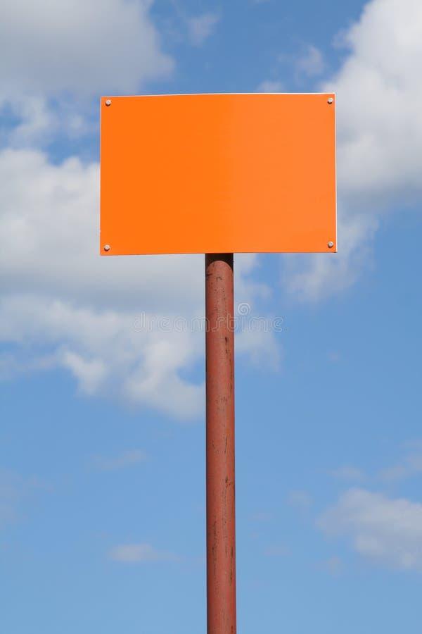 Lege tekenpost tegen de hemel royalty-vrije stock afbeeldingen