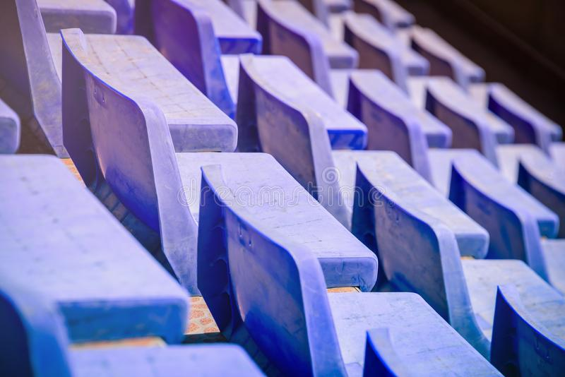 Lege tribunes Blauwe plastic stoelen in zwembad royalty-vrije stock foto