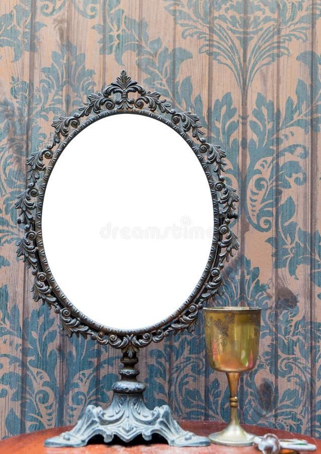 Lege Uitstekende antieke die spiegel voor fotokader wordt geplaatst stock afbeelding