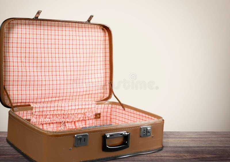 Lege Uitstekende Koffer op houten achtergrond stock afbeeldingen