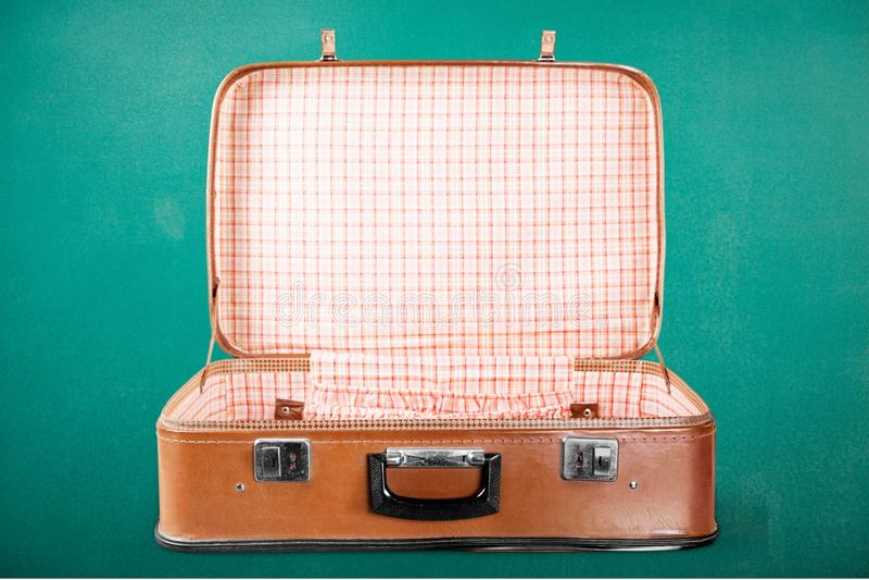 Lege Uitstekende Koffer open op groen stock foto's