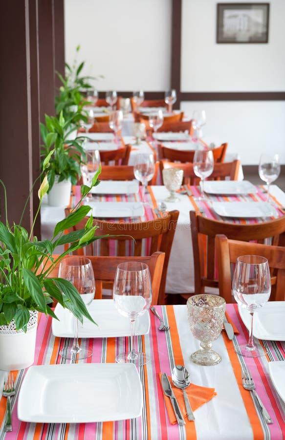 Lege vastgestelde lijsten binnen het klassieke restaurant royalty-vrije stock afbeelding