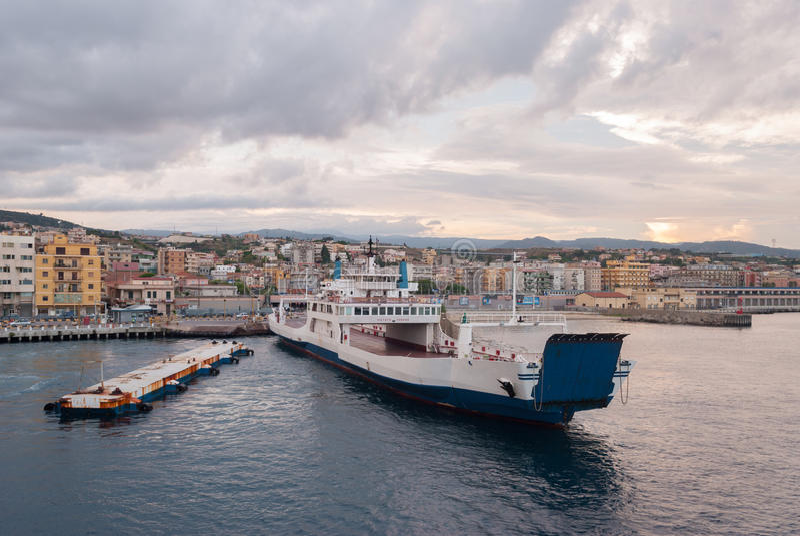 Lege veerboot bij de haven van Villa San Giovanni, in de Straat van Messina stock afbeelding
