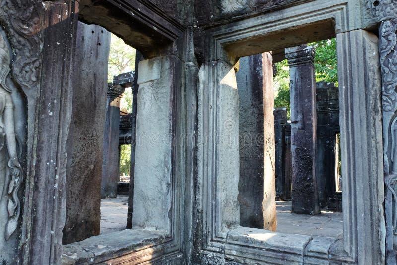 Lege vensters van een oude verlaten tempel De binnenruimte van de dilapidated Khmer faciliteiten royalty-vrije stock afbeelding