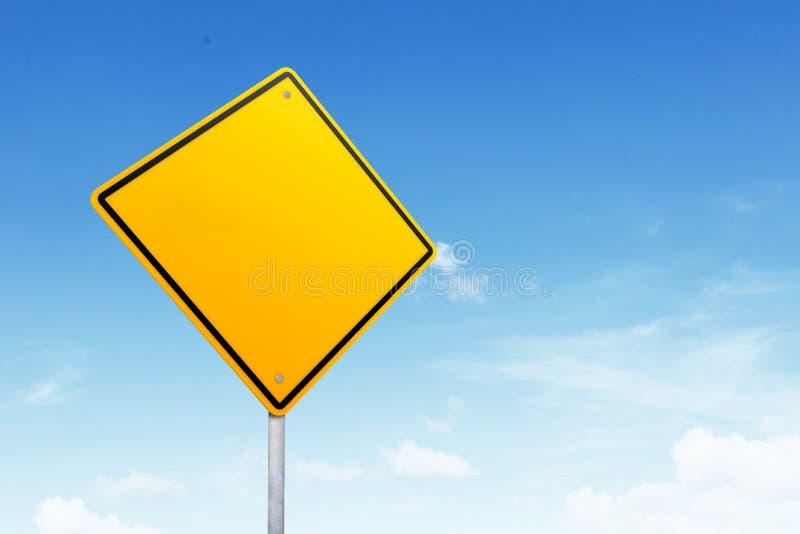 Lege verkeersteken met exemplaarruimte over blauwe hemel royalty-vrije stock afbeeldingen