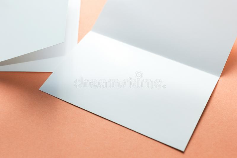 Lege vierkante die twee-blad brochures op oranje achtergrond worden ge?soleerd Ruimte voor tekst vector illustratie