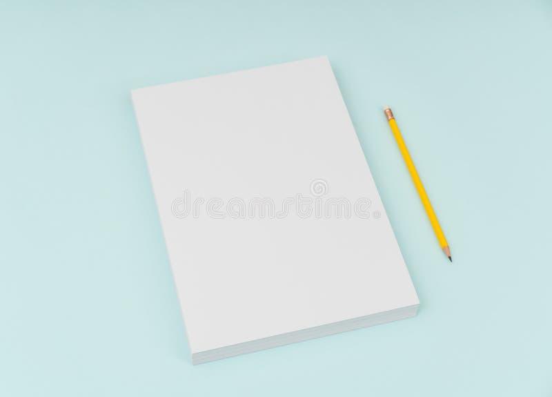 Lege vliegeraffiche, brochuremodel, A4, ons-Brief, met potlood royalty-vrije stock foto