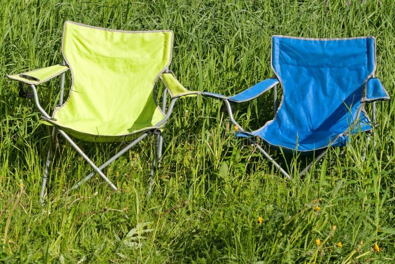 Lege vouwende stoel twee op het groene gras stock foto's