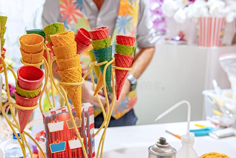 Lege wafelkegels met uitstekend wafelijzer op de lijst Onconventioneel gebruik van wafelkoppen in floristics stock foto's