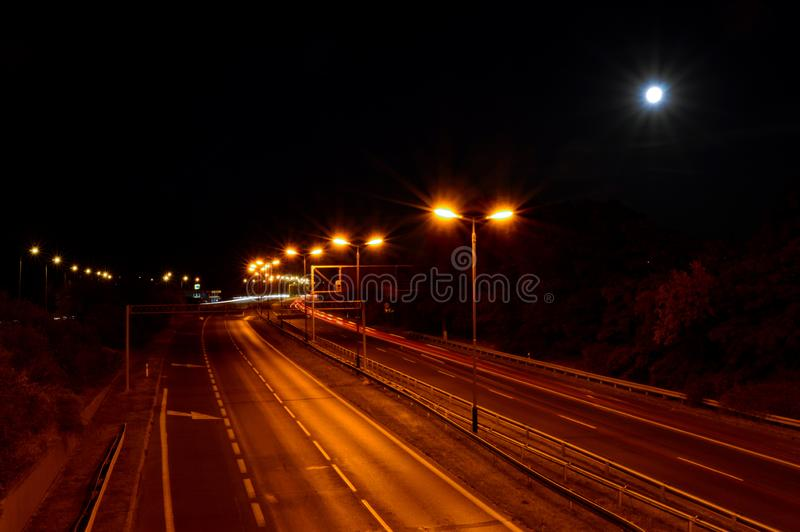 Lege weg bij nacht met oranje lichten royalty-vrije stock afbeelding