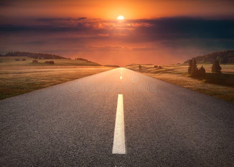 Lege weg door berglandschap bij idyllische zonsondergang royalty-vrije stock fotografie