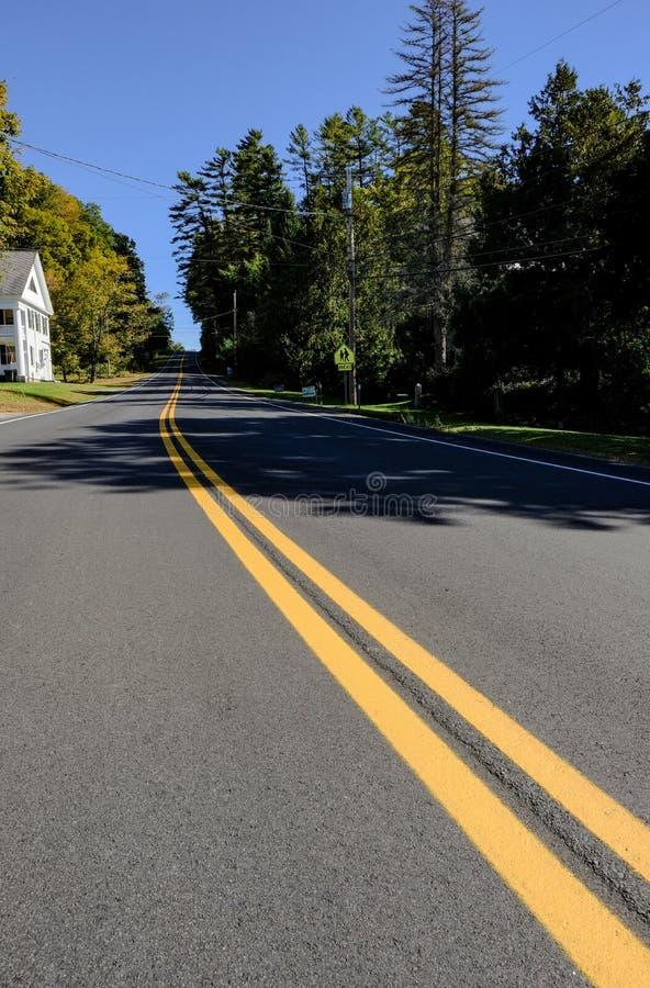 Lege weg gezien reizend in ver, door een bos in Vermont, Verenigde Staten royalty-vrije stock afbeelding