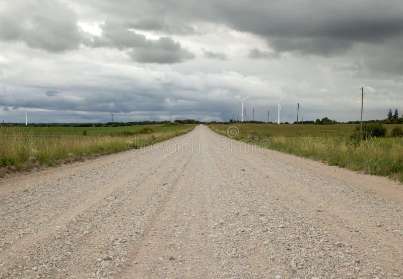 Lege weg in het platteland perspectief in de zomer vóór rai stock afbeelding