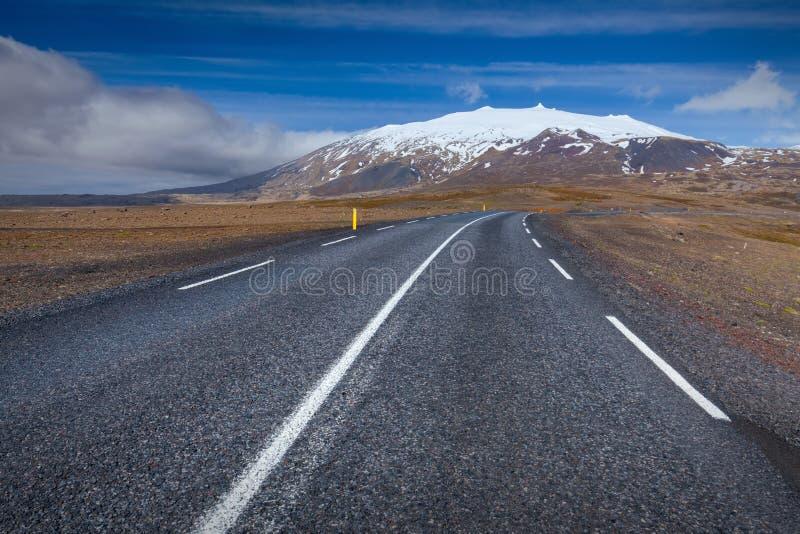 Lege weg in West-IJsland bij zonnige dag stock afbeelding