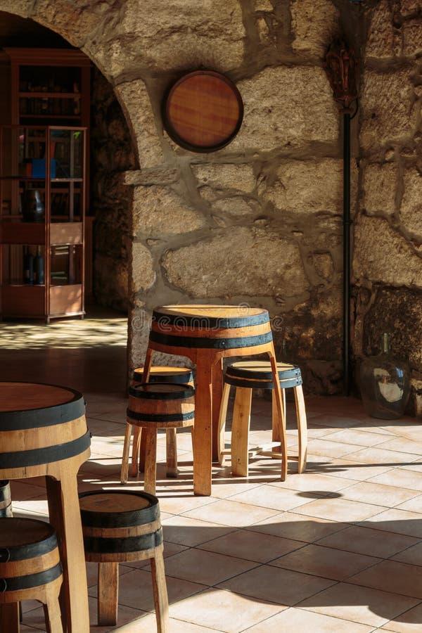 Lege Wijnbar met de Architectuur van de Boogsteen en Houten Kruk royalty-vrije stock afbeelding