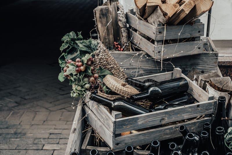 Lege wijnflessen in een houten doos en druiven met ruimte voor het van letters voorzien of ontwerp royalty-vrije stock afbeeldingen