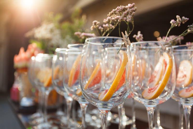 Lege wijnglazen met het verfraaien op collectieve gebeurtenis stock afbeeldingen
