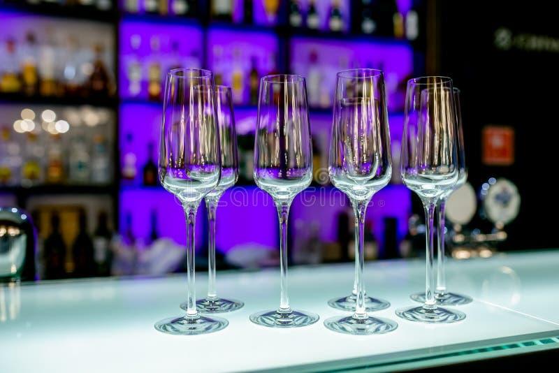 Lege wijnglazen op de barlijst in het restaurant Lijst die voor viering plaatsen De banketdienst, richtend voedsel stock foto