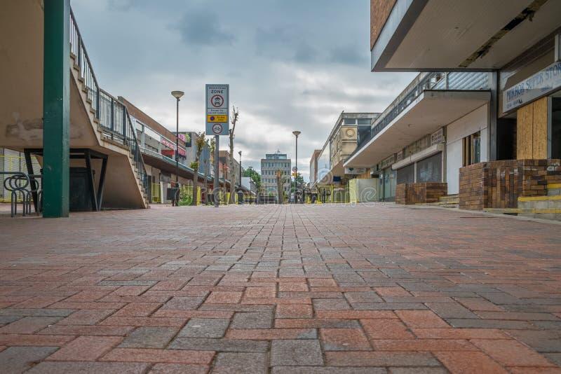 Lege winkels in een verlaten hoofdstraat stock afbeelding