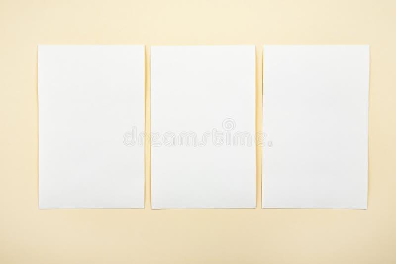 Lege Witboekkaarten op een zachte kleurenachtergrond, adreskaartjesmodel stock fotografie