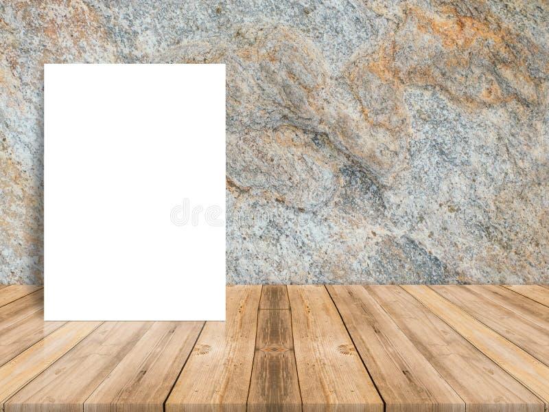 Lege witte affiche die bij tropische houten lijstbovenkant leunen met dark royalty-vrije stock afbeeldingen
